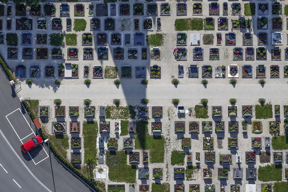 Luftaufnahme von einem falsch geparkten roten Auto am Friedhof